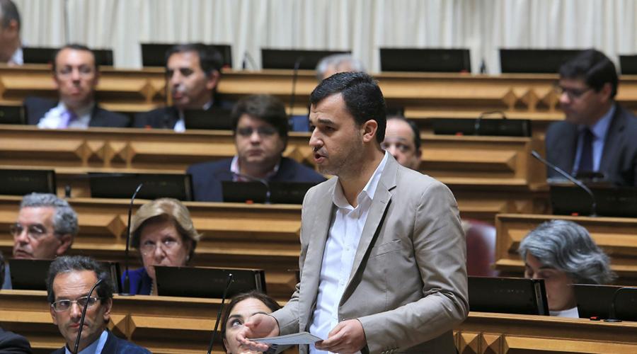 deputado do PAN André Silva a intervir na Assembleia da República