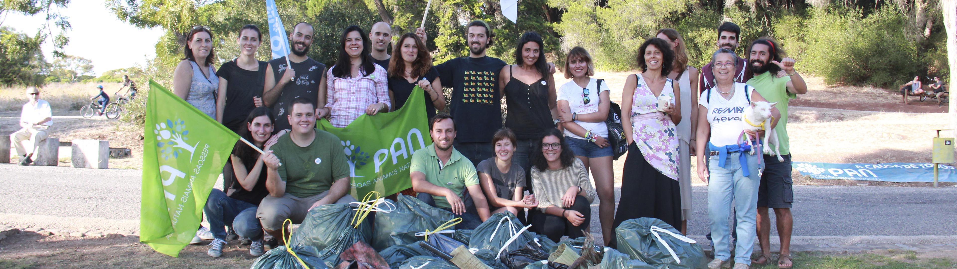 Grupo de pessoas juntam-se para fotografia com bandeiras e tshirts do PAN