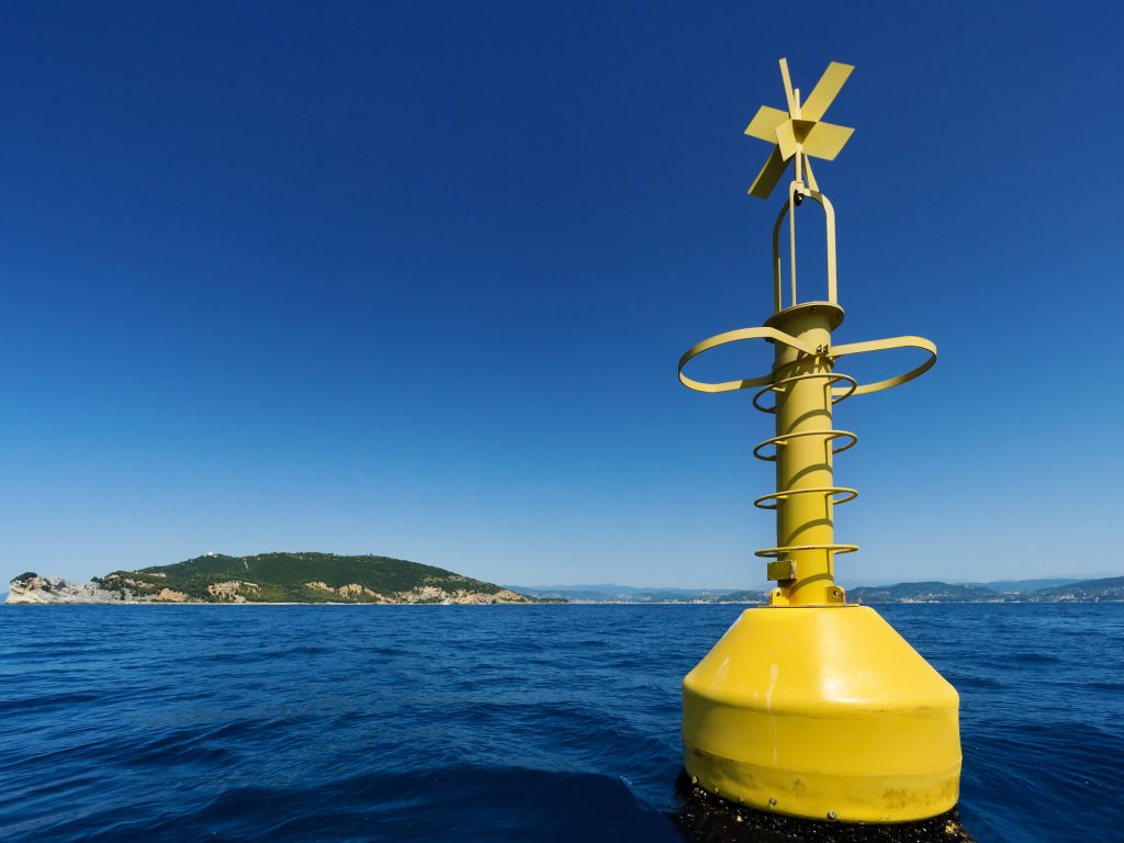 Bóia de navegação amarela no mar