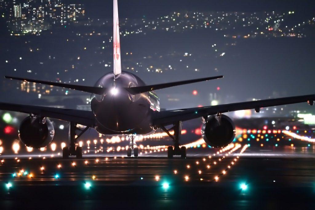 Avião na pista do aeroporto à noite