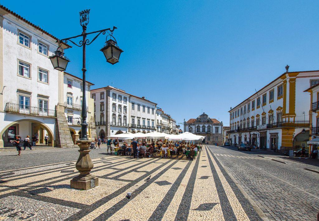 Na imagem podemos ver a praça do Giraldo, na cidade de Évora, com esplanadas e vários edifºicios