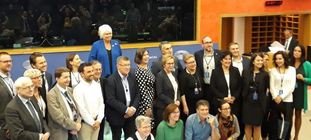 Francisco Guerreiro numa fotografia conjunta com os restantes membros do Intergrupo para o Bem-estar e Conservação dos Animais do Parlamento Europeu
