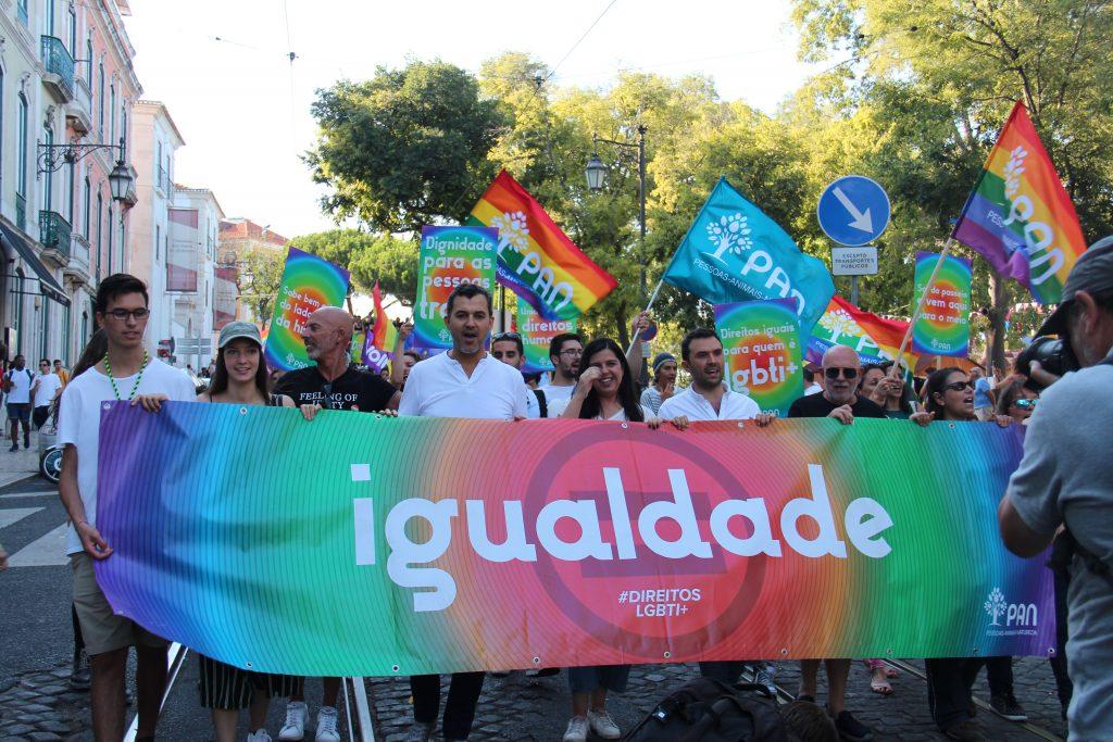 Imagem do PAN na marcha LGBTI+ de Lisboa, com bandeiras e faixas arco-íris