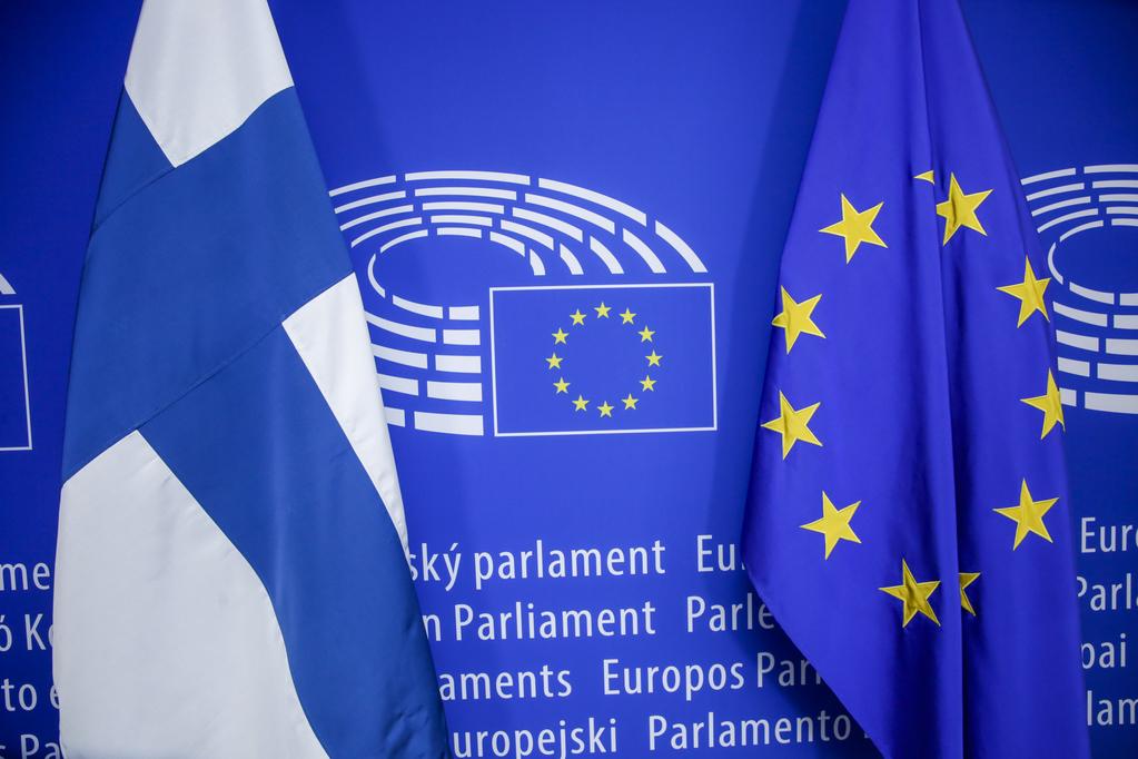 Bandeiras da Finlândia e da União Europeia