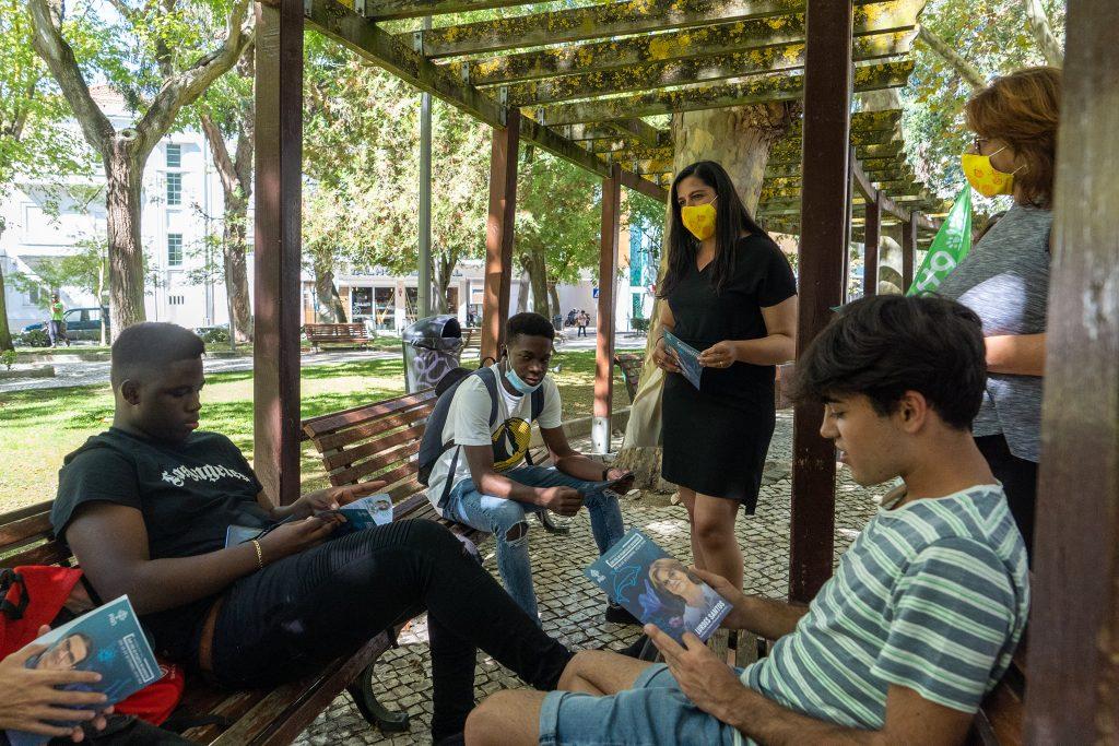 Inês de Sousa Real interage com jovens numa ação de campanha