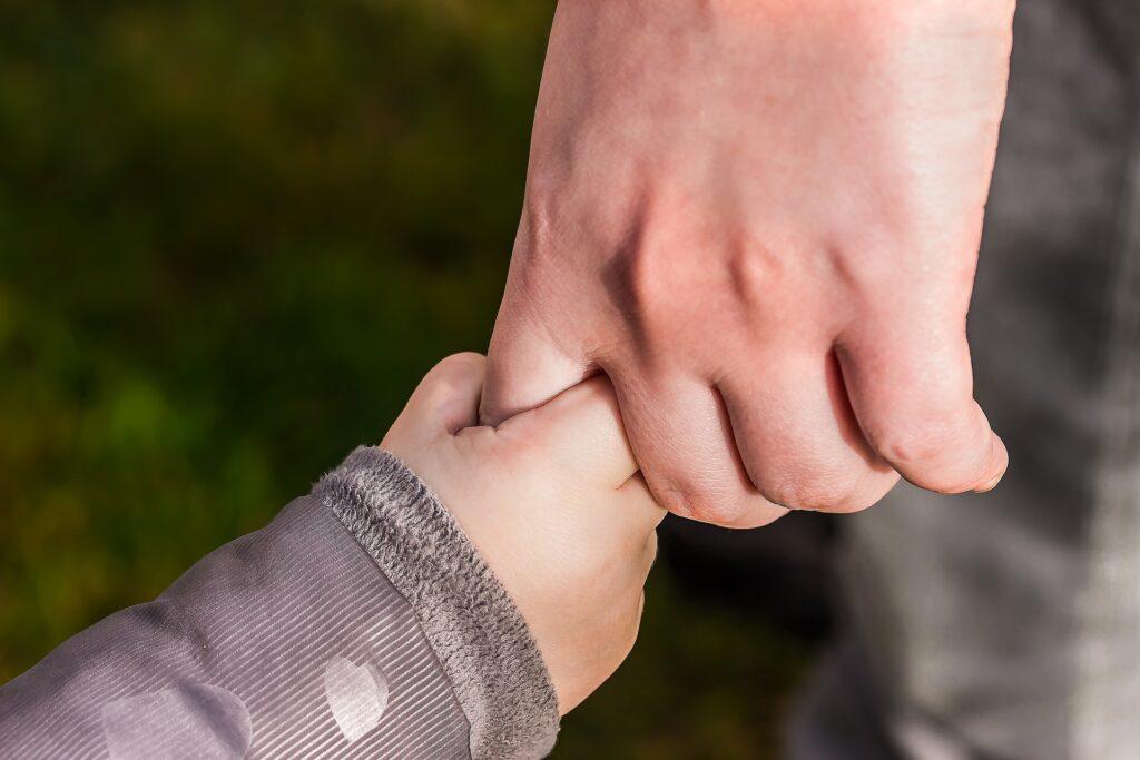 Criança de mão dada